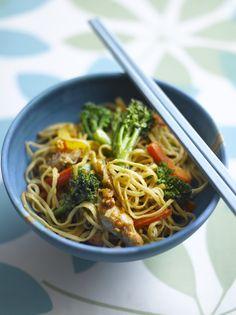 Noodles con pechuga de pollo, Bimi y salsa de cacahuete.