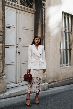 More on www.fashiioncarpet.com Nadelstreifenblazer, Tassen Statement Ohrringe, Spitzenrock, Dolce&Gabbana Samt High Heels, Sandro Abby Bag, Business look, Outfit für das Büro