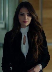 Kara-sevda-47-bölüm-Melisa-Aslı-Pamuk-(Asu)-Siyah-deri-pantolon-üzerine boğazlı beyaz triko kazak ve mini siyah belden lastikli ceket kombini