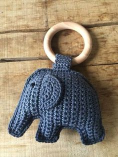 Haken | olifant aan bijtring. incl. gratis patroon Crochet Lovey, Crochet Baby Toys, Cute Crochet, Crochet For Kids, Crochet Dolls, Baby Knitting, Crochet Elephant, Elephant Pattern, Yarn Projects