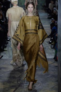 See all the Collection photos from Valentino Spring/Summer 2014 Couture now on British Vogue Runway Fashion, High Fashion, Fashion Show, Womens Fashion, Fashion Design, Valentino Couture, Valentino Paris, Estilo Hippy, Looks Street Style