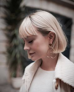 Get inspired and discover the top short bob with bangs ideas for 2020 with our collection of the best looks to try now. Blonde Bob With Fringe, Short Bob With Fringe, Short Bobs With Bangs, Blonde Hair With Bangs, Short Blonde Bobs, Bob Haircut With Bangs, Bob Hairstyles With Bangs, Hairstyles Haircuts, Short Hair Styles