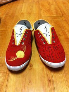 The coolest shoes ever Harry Potter Shoes, Harry Potter Style, Harry Potter Room, Harry Potter Outfits, Harry Potter Fan Art, Painted Canvas Shoes, Hand Painted Shoes, Nerd Shoes, Coolest Shoes Ever