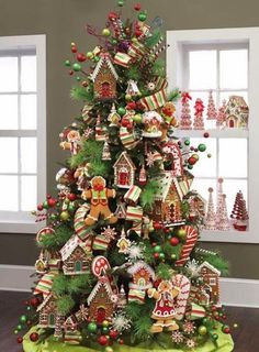 Xmas Tree Decor With Cookies and Candy Gingerbread Christmas Tree, Gingerbread Decorations, Noel Christmas, Christmas Candy, Gingerbread Houses, Christmas Cookies, Disney Christmas, White Christmas, Natural Christmas