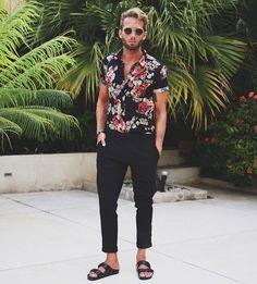 Resultado de imagen de camisa flores por dentro pantalon hombre