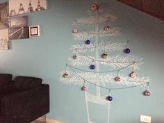 Quem disse que árvore de Natal precisa necessariamente de pinheiro? Feita de giz na parede e cheia de enfeites fofos, ela fica linda! :: por Paula Fuzeto, do blog Chega de Bagunça.