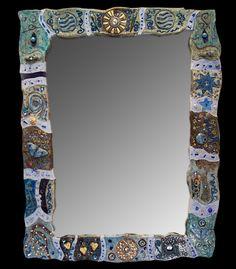 Specchi incantevoli, pezzi unici, creati in ceramica raku, con inserimenti tra i più vari: vetri, bottoni, swarovski, pietre dure, e altro…per incantarsi…e incantare Mirrors Riveting mirrors, unique artifacts, made in Raku ceramics, featuring varied insertions such as: glass, buttons, Swarovski jewels, hard stones and more. Made to mesmerize.