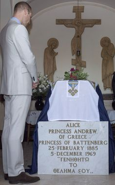 Prince William Duke of Cambridge visits the Church of St. Mary Magdalene in Jerusalem, to pay his respects at the tomb of his great-grandmother, Princess Alice von Battenberg, the mother of the Duke of Edinburgh. English Royal Family, British Royal Families, George Of Cambridge, Princess Alice Of Battenberg, Prince William And Catherine, William Kate, Prince And Princess, Princess Kate, Royal Families