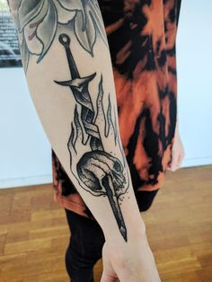 I'm quite fond of Dark Souls. Here is Matteo Al Dentis @ Pechschwarz Tätowierungen Berlin take on the Bonfire and Knight Artorias.