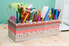 Wer auch tausende von Stiften zu Hause hat – so wie wir – für den ist vielleicht diese schnelle Stiftebox etwas. Man benötigt lediglich Klorollen, einen schmalen Schuhkarton und entweder Geschenkpapier oder Washitape. Wer es cleaner mag, wickelt seinen Schuhkarton in das gewünschte Geschenkpapier, die, für die es etwas wirrer sein darf nutzen die Klebestreifen. …