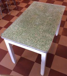 puupöytä 40 luvun lopulta linoleum pöytätasolla ja alumiinireunuksella . 65x110cm