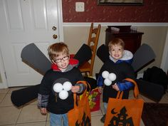 trick or treating ceiling fans! How to:http://dawnwhispersandshouts.blogspot.com/2011/10/how-to-make-ceiling-fan-costumes-in-38.html