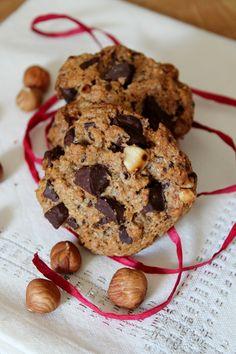 Okara noisettes - cookies -      100 g de farine complète,     100 g d'okara de lait de noisette,     80 g de cassonade (voire moins),     1/2 sachet de levure chimique,     50 ml d'huile de colza,     50 g de noisettes torréfiées et concassées,     70 g de pépites de chocolat noir