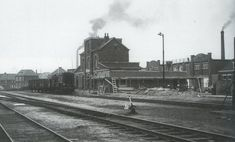 station Enschede Zuid  het oude stationsgebouw met het nieuwe goederenstationsgebouw op de voorgrond in aanbouw. My Town, Train, History, Historia, Strollers
