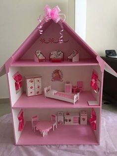 make your workspace more attractive by making dollhouse miniatures and dollhouse crafts by arranging the dollhouse room will be more interesting than Cardboard Dollhouse, Cardboard Crafts, Diy Dollhouse, Dollhouse Miniatures, Cardboard Houses, Barbie Furniture, Dollhouse Furniture, Doll House Plans, Barbie Doll House