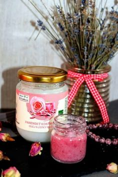Peeling s kokosový olejem a růží | Žijeme homemade Candle Jars, Candles, Homemade, Table Decorations, Home Decor, Decoration Home, Home Made, Room Decor, Candy