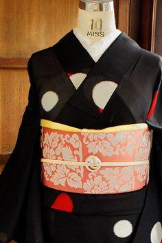 黒の地に、赤とシルバーの水玉模様が織り出された、レトロモダンな紗の夏着物です。