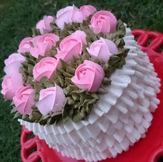 Rosas fresquinhas saindo no por do sol!  Falei poético agora  Babados contínuos com bico 070 Celebrate  Rosas 124 folha 70 e 352 Wilton Cakes