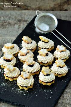 Biscuiti cu bezea si dulceata Christmas Biscuits, Meringue, Mini Cupcakes, Doughnut, Cereal, Sandwiches, Sweets, Breakfast, Gem