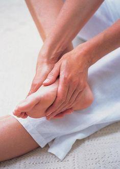 Rapide, simple et efficace, voici un massage qui apaise la fatigue musculaire. Il peut se pratiquer à tout moment pour détendre et revigorer les pieds, accroître la vitalité et l'énergie ou comme remontant instantané. Mieux vaut effectuer ce massage de base en vous asseyant par terre, la jambe au repos allongée devant vous. Vous pouvez agrémenter ce massage d'une huile ou d'une crème de massage.