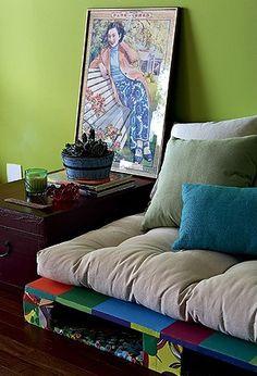 Os #futtons são aquelas almofadas quadradas, achatadinhas, geralmente usadas em assentos. São versáteis e se adaptam a vários móveis e espaços da casa. Ficam ótimos sobre tablados de madeira, servindo como cama ou sofá. A base pode receber uma pintura colorida, deixando o móvel ainda mais original! #dica