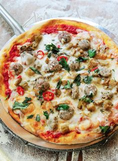 Pizza salsiccia met aubergine en Italiaanse venkelworstjes http://njam.tv/recepten/pizza-salsiccia-met-aubergine-en-italiaanse-venkelworstjes