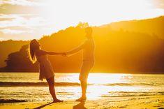 Como Tirar Fotografia Perfeitas de Casais do casal na Praia é um exemplo de um dia ensolarado sem qualquer abrigo. Fiz esta foto numa Sessão de Casais as 16h30, assim o sol já estava descendo e consegui um contra luz lindo.