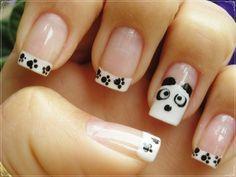 Un bonito oso panda en tus uñas... con huellitas y todo...