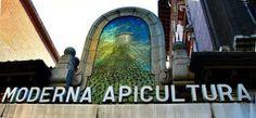 LA MODERNA APICULTURA (1919). Esta bella portada, realizada en 1919 por el arquitecto Secundino Zuazo, nos da paso a una de las tiendas más atractivas de Madrid: La Moderna Apicultura (C/ Doctor Esquerdo, 47)
