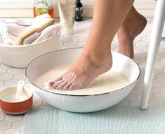 Bath Recipes, Milk Recipes, Dry Feet Remedies, Soften Feet, Diy Foot Soak, Honey Benefits, Milk Bath, Powdered Milk, Milk And Honey