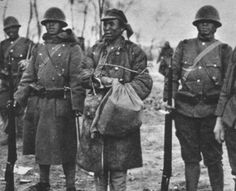 Japanese troops guarding a chinese prisoner, Shanghai Shanghai, Japanese Uniform, Evil Empire, Imperial Army, Asian History, Army & Navy, Korean War, American Revolution, Military History