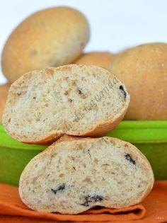 I panini alle olive..sono dei sofficissimi panini arricchiti dal il sapore delle olive! Piccoli bocconcini soffici soffici (anche per più giorni) ottimi d