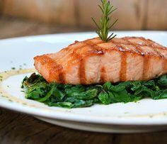 O filé de salmão, prato do restaurante Serafina que promove uma semana harmonizada com espumantes (Foto: Divulgação)