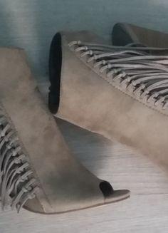 À vendre sur #vintedfrance ! http://www.vinted.fr/chaussures-femmes/bottes-and-bottines/24905950-boots-ouverts-style-daim-creme-a-frange-t4041  #Boots #Franges #Primark #Heels