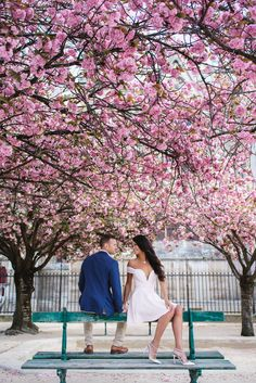 Spring colours all over the city! #parisphotographer #parisengagement #eiffeltower www.theparisphotographer.com