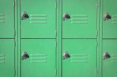 30 Fun Ways to Customize Your Locker Locker Shelves, Diy Locker, Locker Storage, Locker Ideas, Cute Locker Decorations, Locker Lookz, Locker Designs, Pottery Barn Teen, Student Life