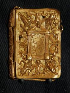 """Pequeña Biblia encuadernada en oro, procedente del naufragio del """"Girona"""". Ulster Museum, Belfast, al igual que la posterior."""