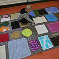Il y a quelques années (et oui, déjà !) j'avais faitce tapis sensoriel... Il était fait sur une grande feuillecarton... pas...