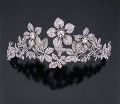 A tiara de diamantes floral.