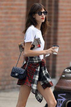 Chanel + camiseta branca + short + xadrês