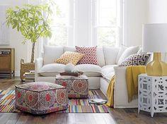 0-coussin-gifi-canape-blanc-et-lampe-de-salon-moderne-blanche-tapis-colore-coussins-canape-blanc