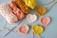 Hip Haakezeltje: Hartjesslinger (met patroon!) Crochet Crafts, Knit Crochet, Garland, Crochet Earrings, Knitting, Diy, Jewelry, Crochet Dolls, Amigurumi