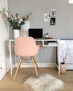 Un coin bureau cosy avec un tapis fluffy et un fauteuil rose à l'esprit nordique