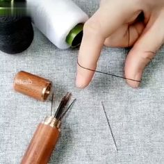 Self-threading Needles Faden einfach einfädeln Sewing Tools, Sewing Hacks, Sewing Tutorials, Sewing Crafts, Sewing Patterns, Just For Today, Sewing Needles, Diy Couture, Sewing Projects For Beginners