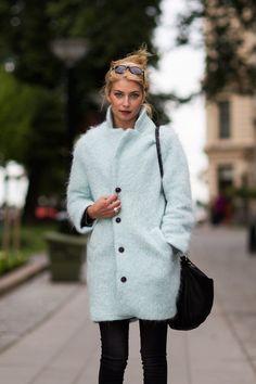 The coat! street style by stockholm street style. Stockholm Street Style, Winter Stil, Inspiration Mode, Fashion Inspiration, Fashion Models, Fashion Trends, Fashion Styles, Jackett, Street Chic