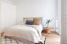 Departamento moderno en blanco y madera con toques de verde, reformado por el estudio Abalon en el barrio de Salamanca, Madrid. Dormitorio en colores tierra y lana.
