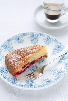Bublanina: torta morbida ebraica alle ciliegie, solitamente servita con panna montata! Impasto senza burro, olio, yogurt o altro grasso. #recipe #juliesoissons