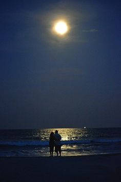 walk on the beach in the moonlight – Daily Quotes Night Aesthetic, Couple Aesthetic, Aesthetic Pictures, Moon Sea, Dream Dates, Beach At Night, Photo Couple, Beautiful Moon, Cute Couples Goals
