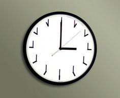 O Redundant Clock de Ji Lee, é um relógio que  emplaca uma redundância legal. Imagine você olhar para o relógio e ele está em L (3 horas), e ele te diz que está em L… ou seja, dá na mesma…