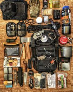 French Monday Bug-Out Bag Loadout Survival Kit – Katharina Etzdorf – bushcraft camping Bushcraft Kit, Bushcraft Camping, Camping Survival, Camping Hacks, Camping Gear, Van Camping, Camping Outdoors, Camping Shelters, Family Camping